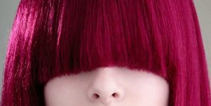 Cheveux rouge framboise