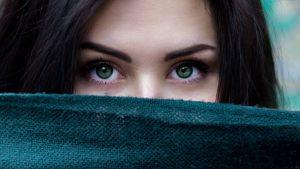 Coloration de cheveux noir yeux verts