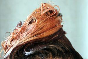Cheveux colorés délavés après un shampoing