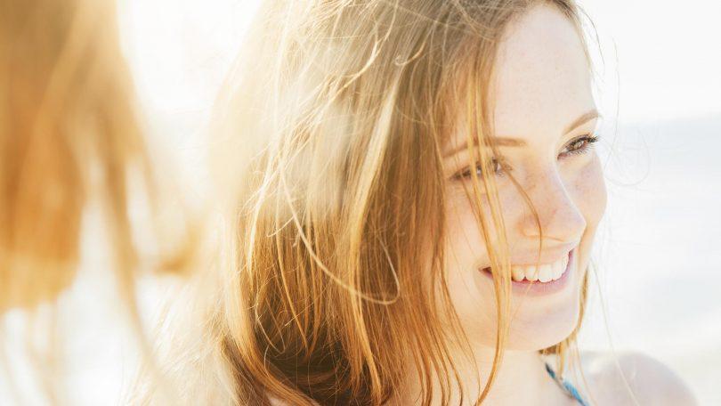 Cheveux blond au soleil