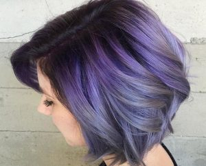 Cheveux gris et violets carré court