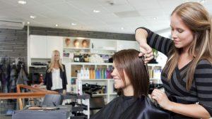 Coupe et coloration chez le coiffeur