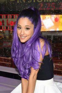 La star Ariana Grande cheveux violets