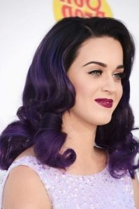 La star Katy Perry cheveux violets