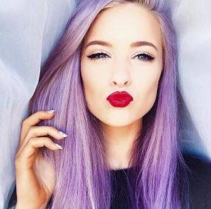 Maquillage qui se marie avec les cheveux violets