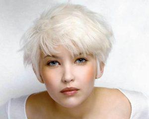 Cheveux décolorés blanc