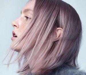 Cheveux gris rose