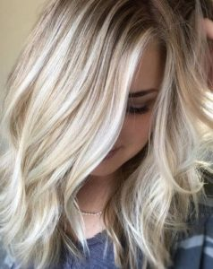 Coupe courte blond platine