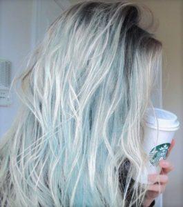 Cheveux bleu blond