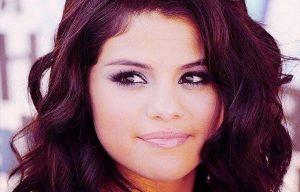 Cheveux bordeaux Selena Gomez