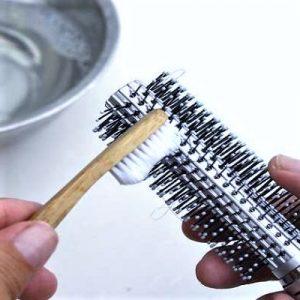 Nettoyer brosse avec du bicardonate de sodium
