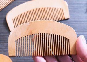 peigne en bois cheveux bouclés