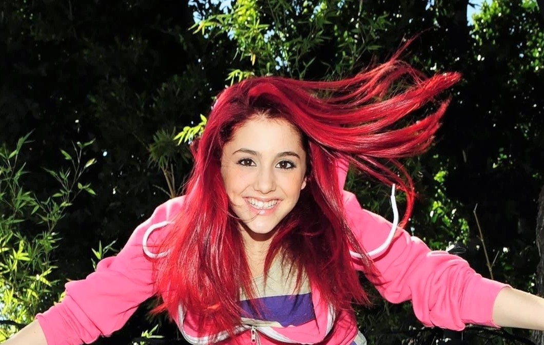 cheveux rouges ariana grande