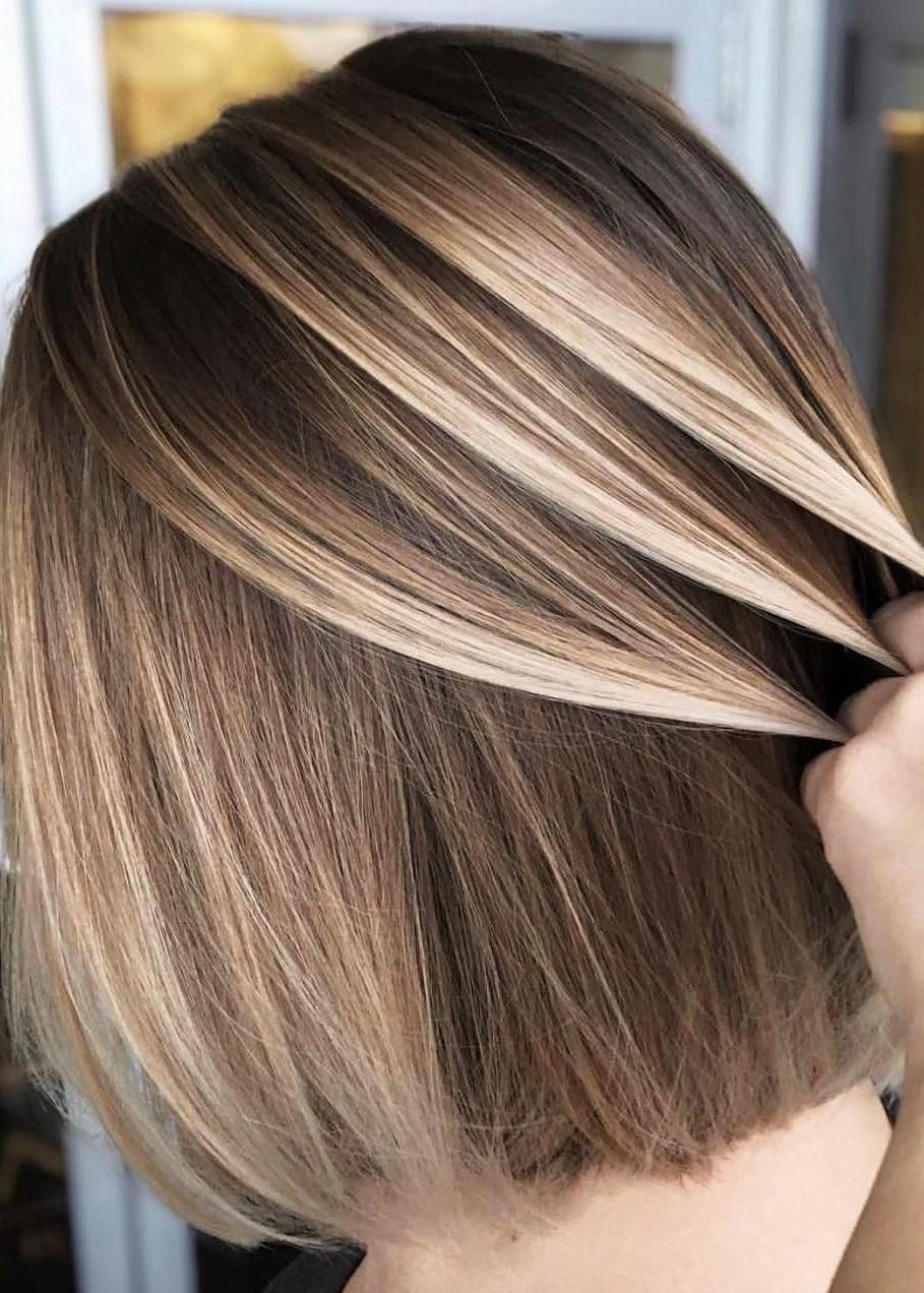 Balayage blond sur cheveux courts et lisses